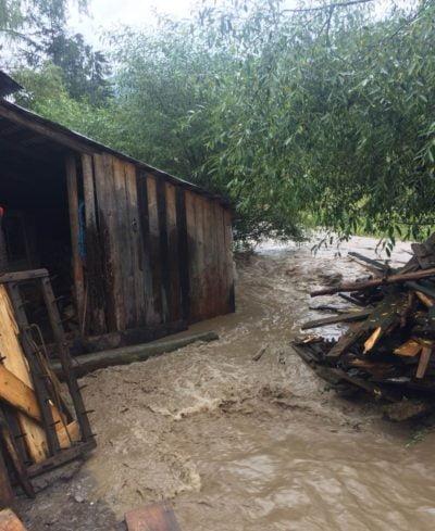 Anexe inundate în satul Dreptu, comuna Poiana Teiului