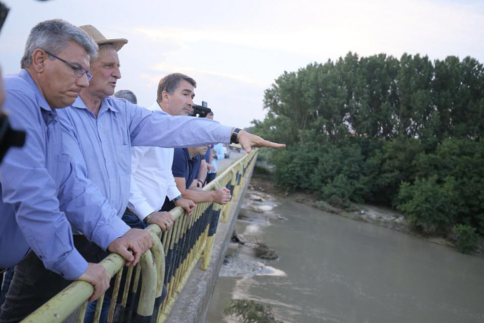 Promisiuni ale ministrului Apelor pentru rezolvarea problemelor podului de la Ion Creangă