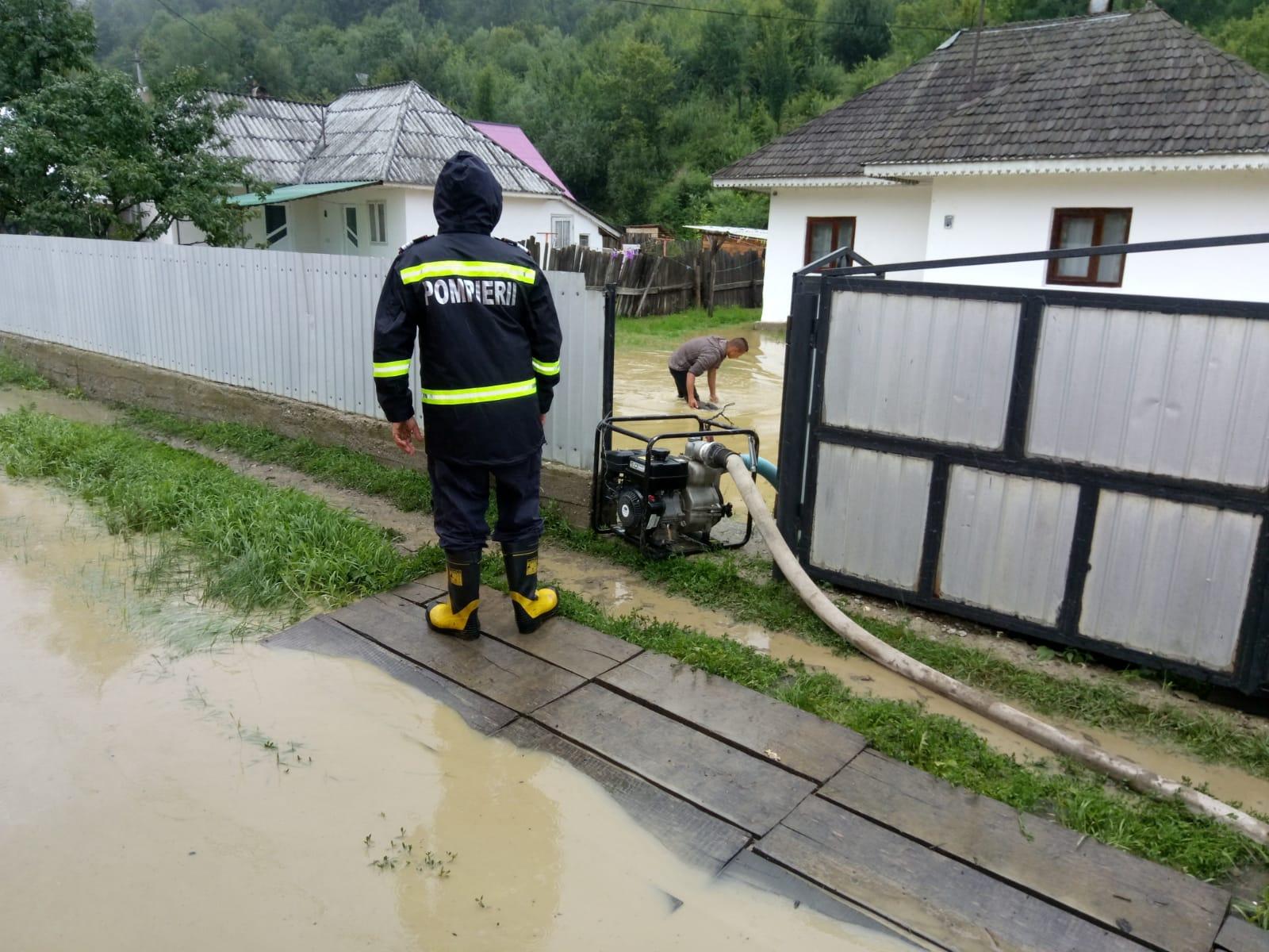 Gospodării și drumuri inundate, în Roman și în mai multe comune din județ, după ploile de marți