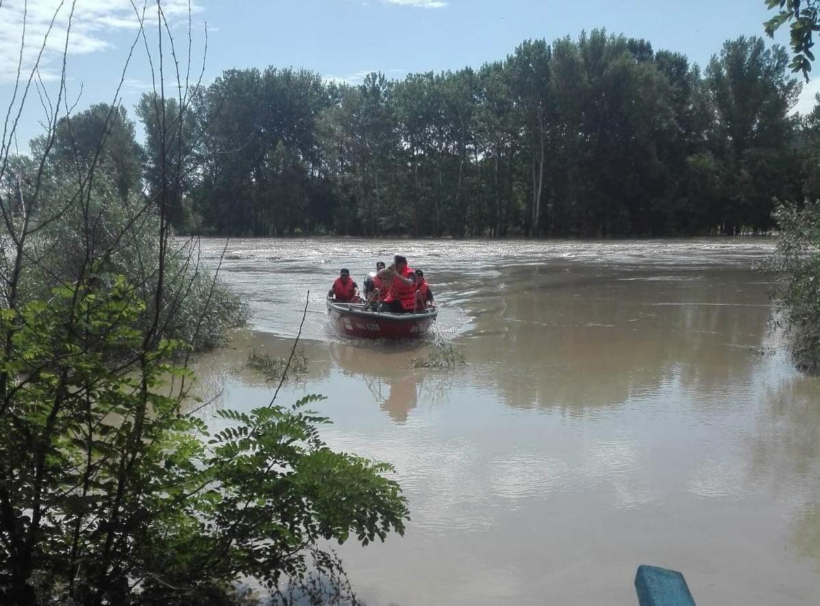 Bărbat rămas izolat pe râul Siret, la Cotu Vameș, salvat de pompieri