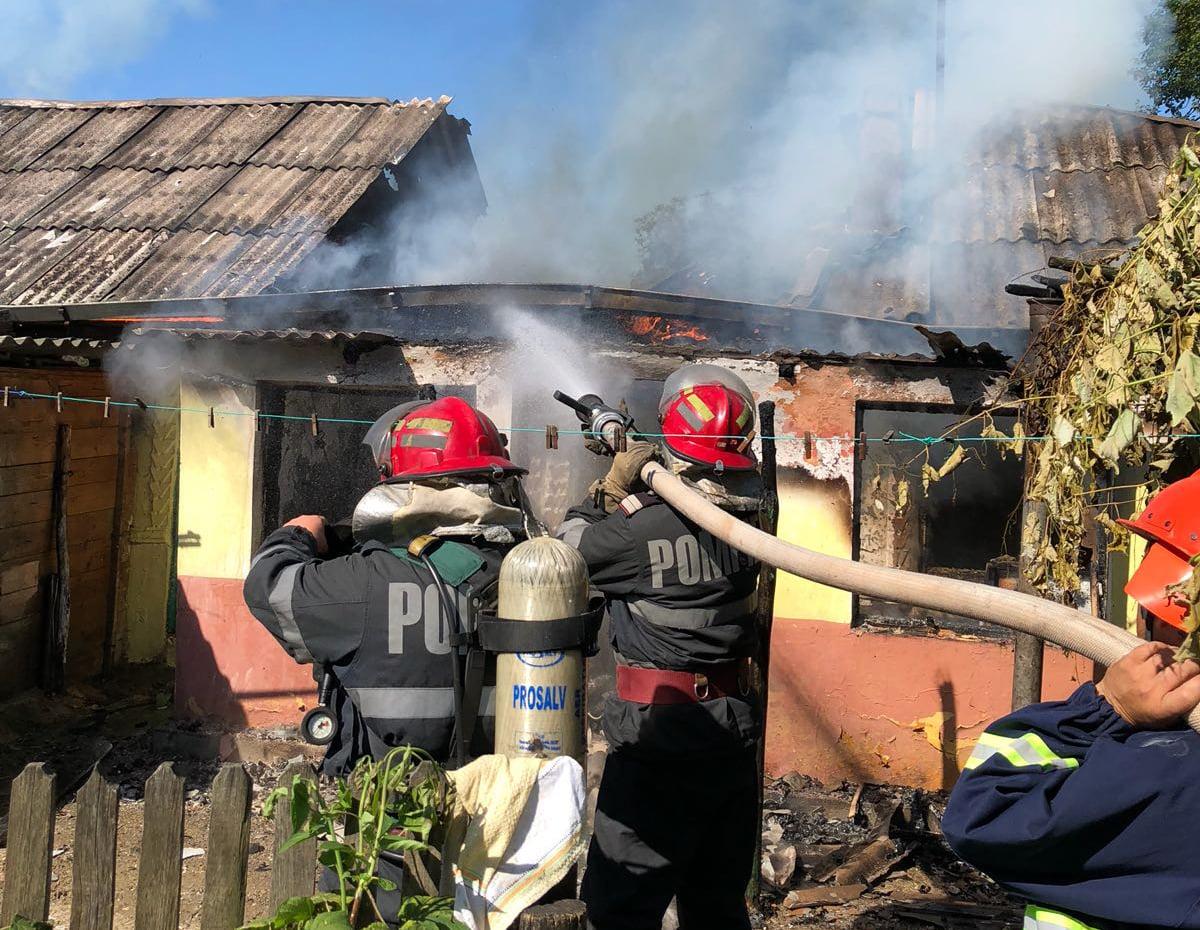 Dus la spital cu arsuri, în urma unui incendiu izbucnit în comuna Icușești