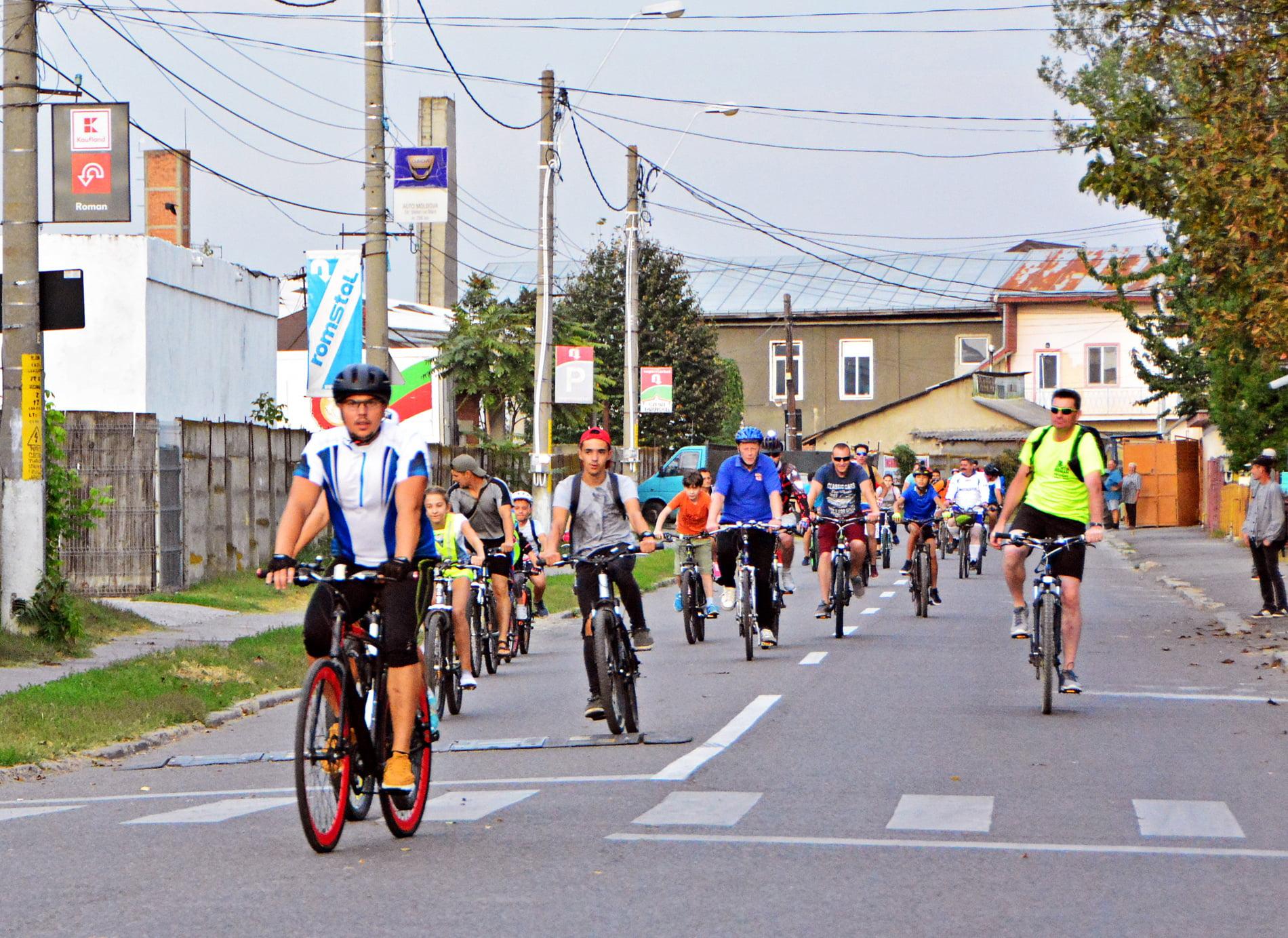 [FOTO] Peste o sută de participanți la turul ciclist al municipiului Roman