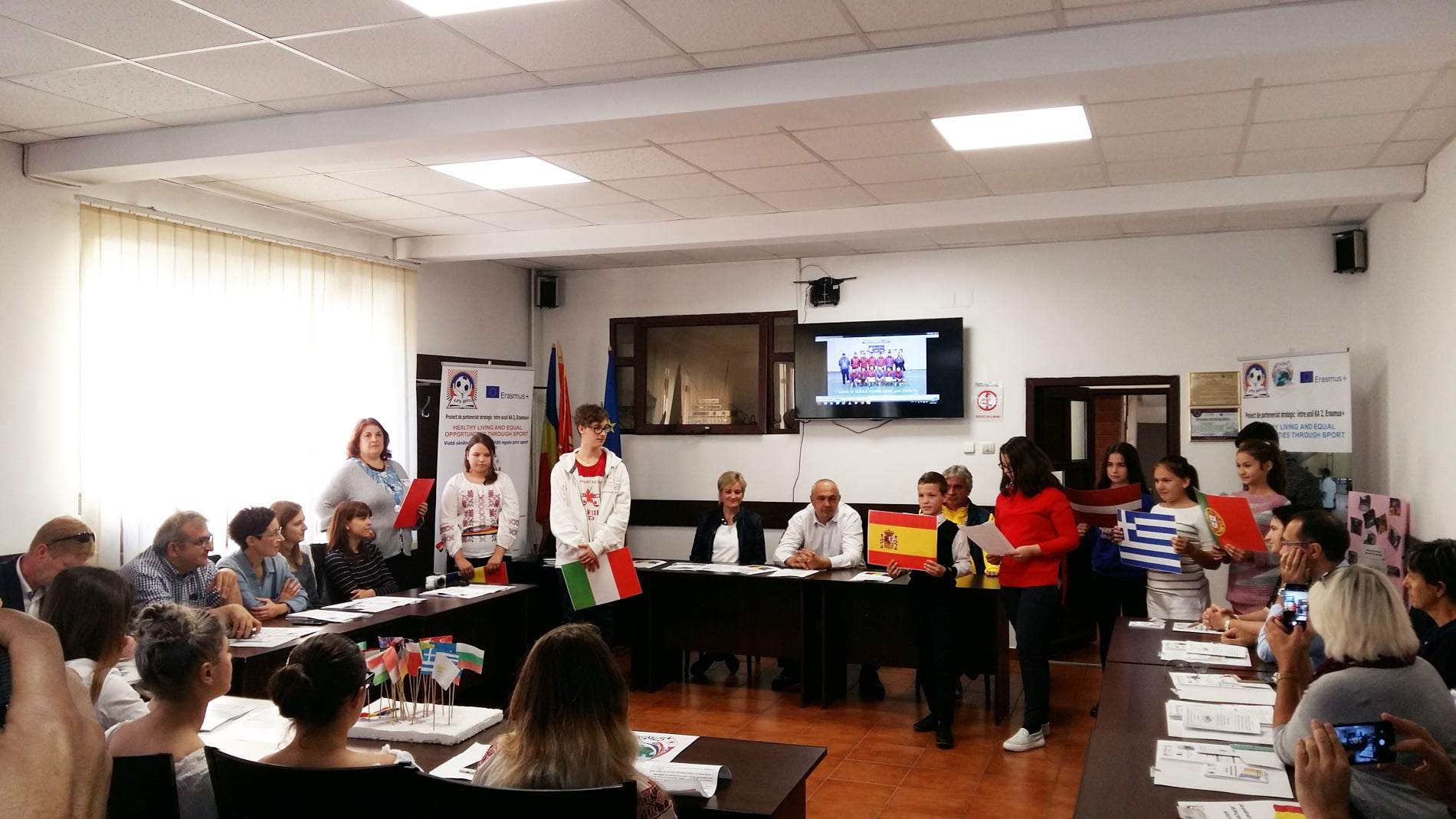 """Oaspeți din străinătate la LPS Roman, în cadrul proiectului """"Viață sănătoasă și oportunități egale prin sport"""""""