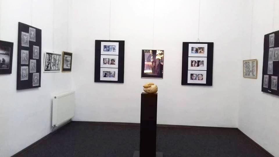 """""""De la gest la imagine"""", expoziție de pictură, grafică și fotografie la Muzeul de Artă din Roman"""