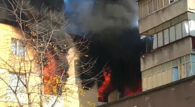 Explozie urmată de un incendiu într-un bloc din Piatra Neamț