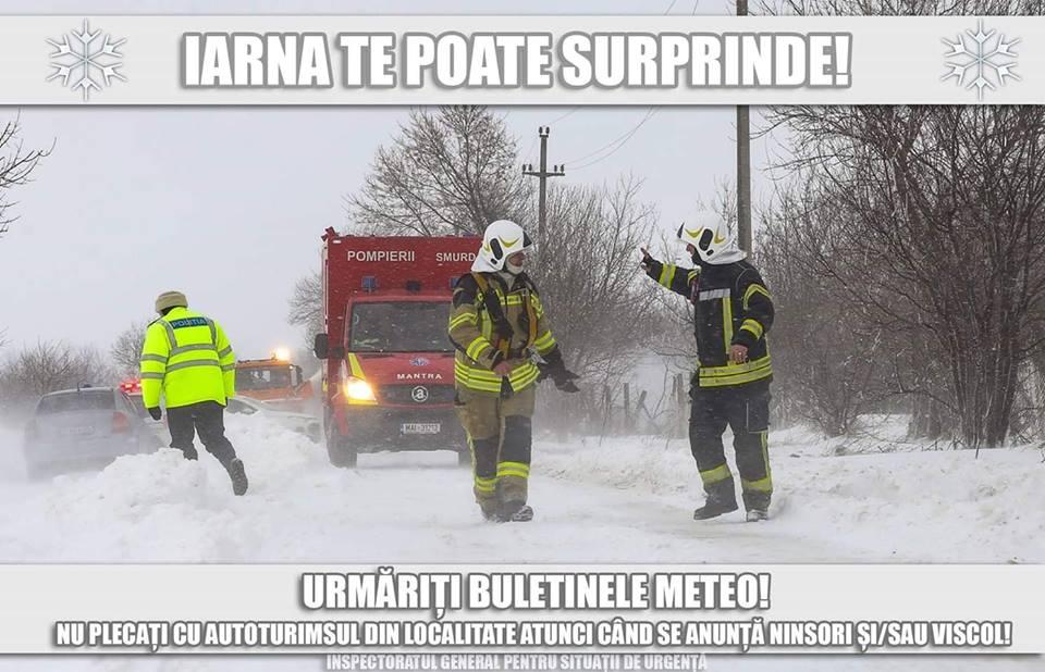 Mașini deblocate din zăpadă de pompieri, la Bîra