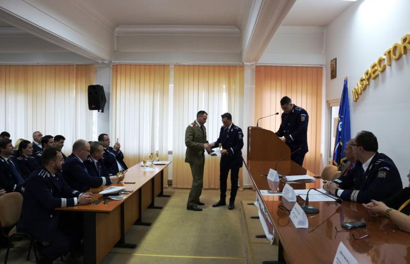 Polițiști din cadrul IPJ Neamț avansați în grad, cu ocazia Zilei Naționale