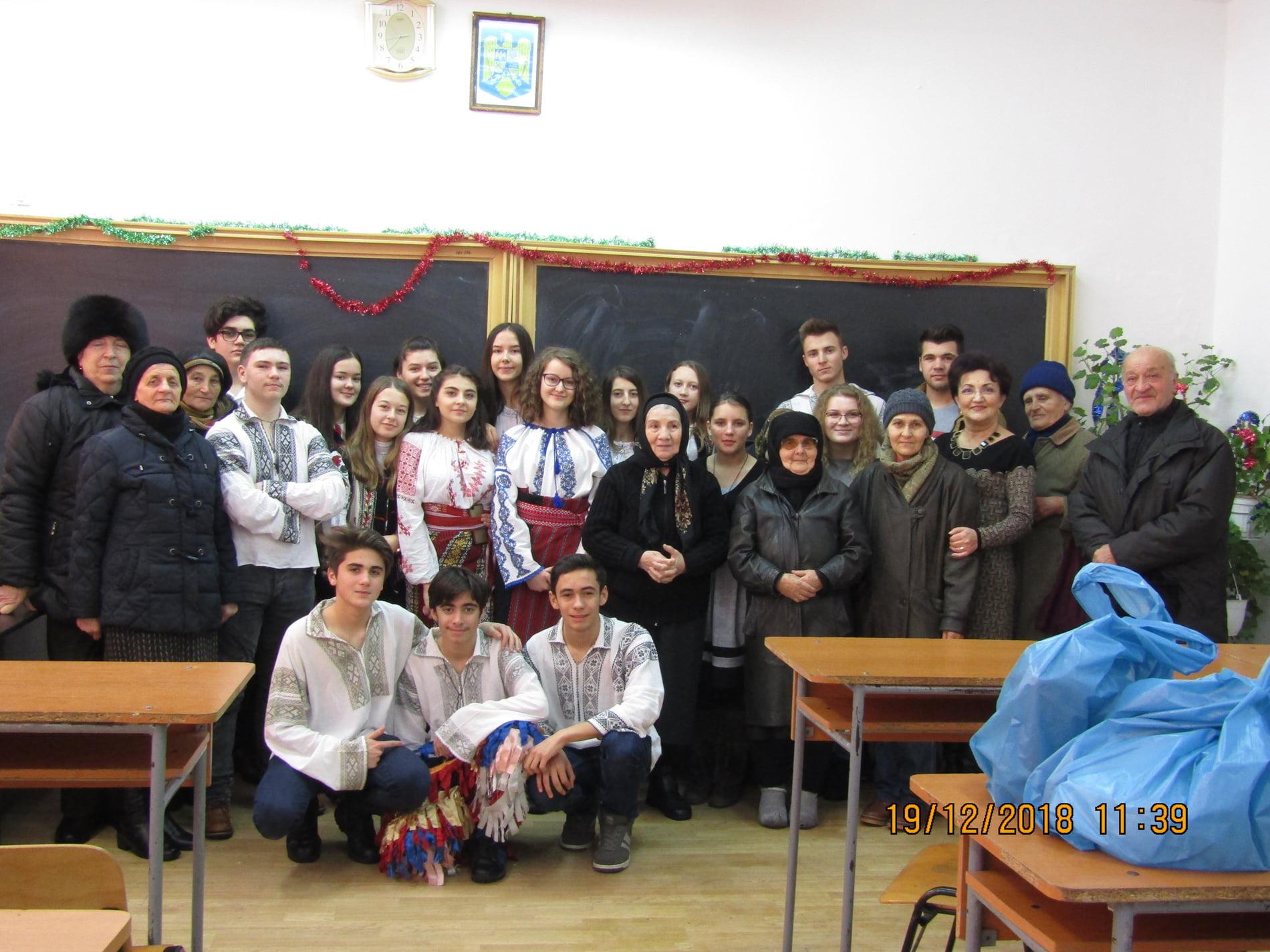 """Elevii de la Liceul """"Vasile Sav"""" au fost, pentru o zi, nepoții unor bătrâni singuri"""