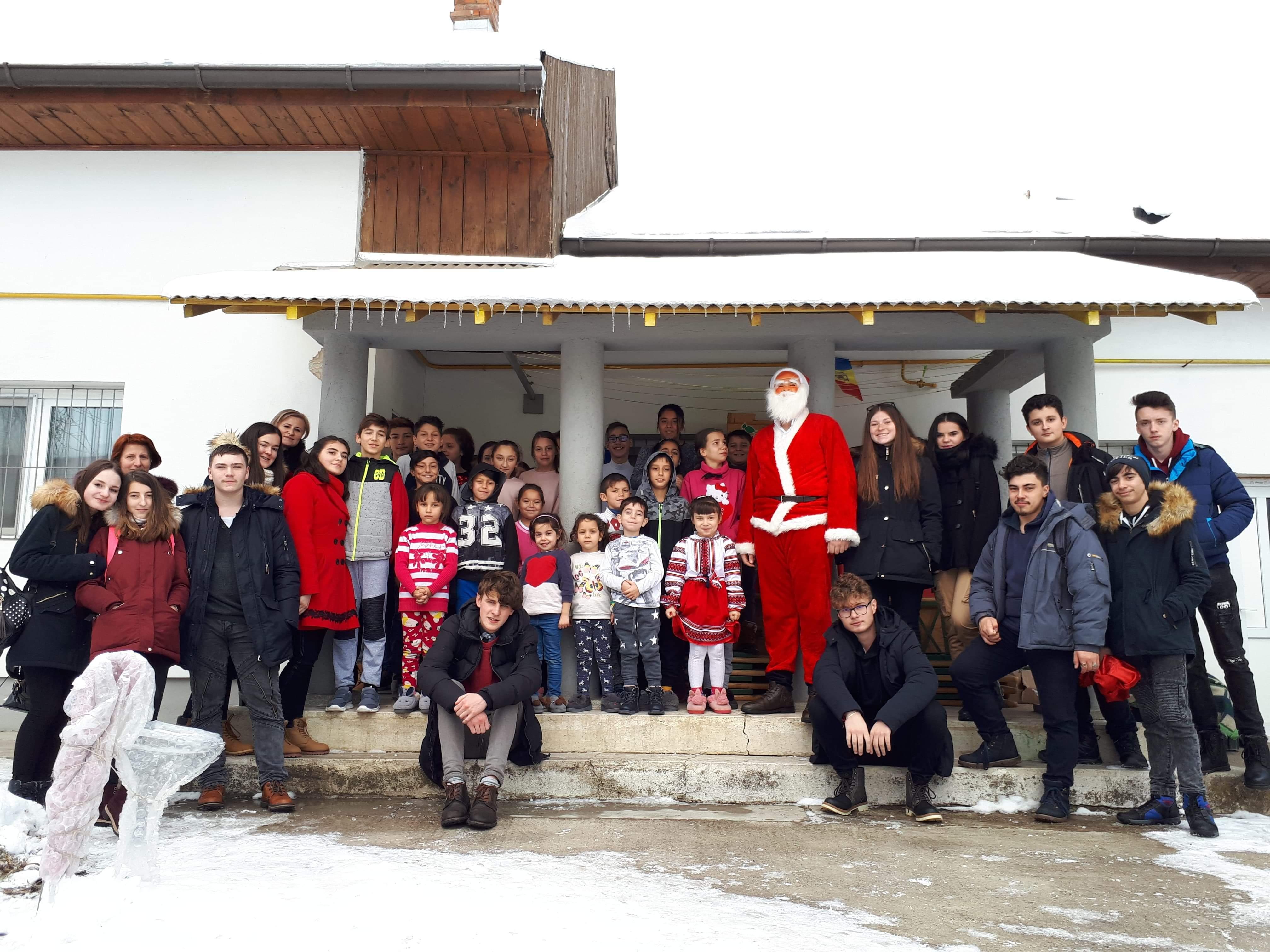 """Elevii și profesorii Liceului """"Vasile Sav"""" au făcut cadouri de Crăciun bunicilor și copiilor defavorizați"""