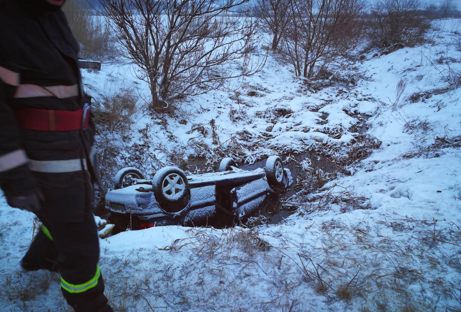 Mașină răsturnată într-un pârâu, lângă Dulcești