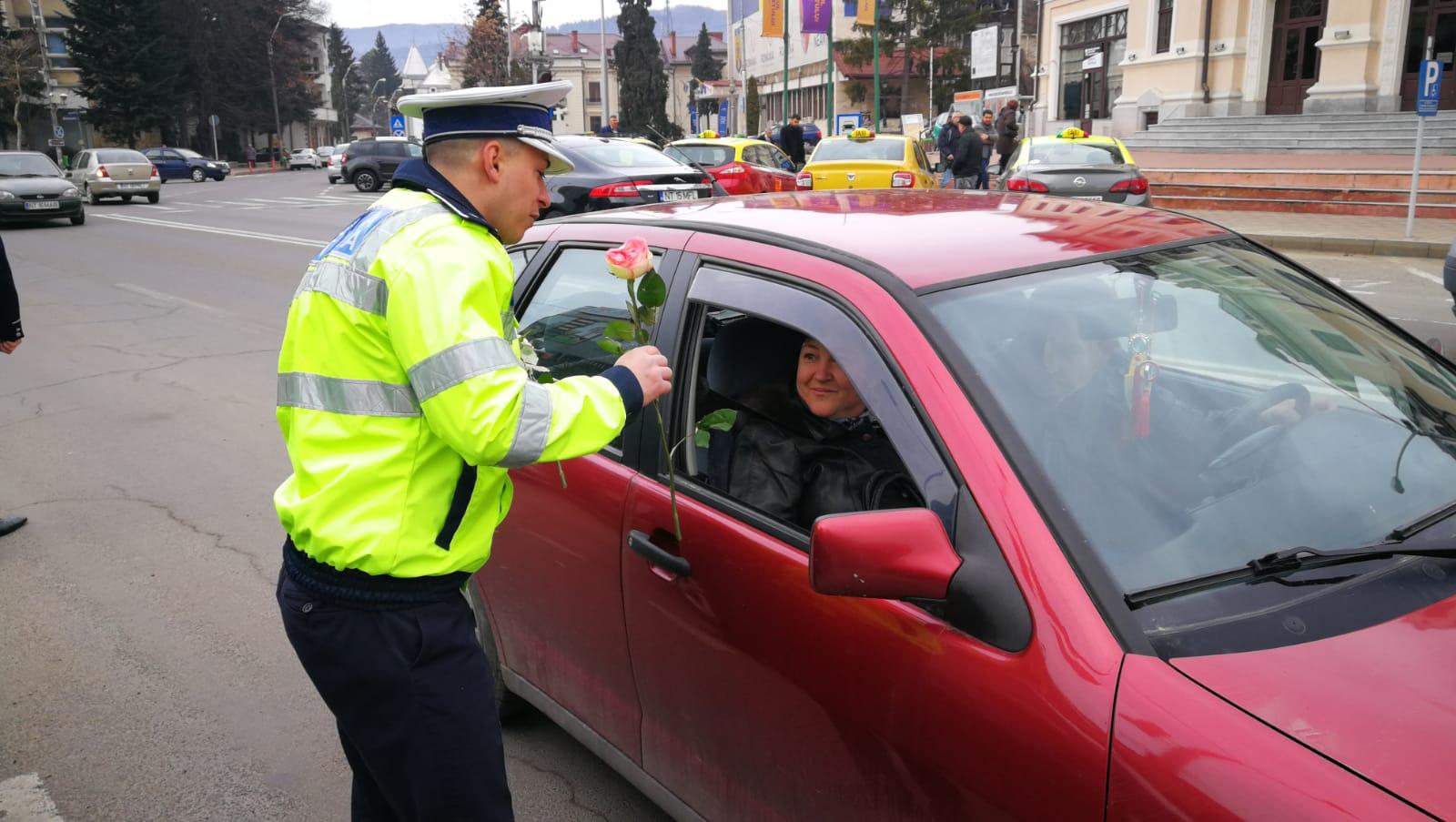 Poliţiştii rutieri au oferit flori şoferiţelor, de Ziua Femeii