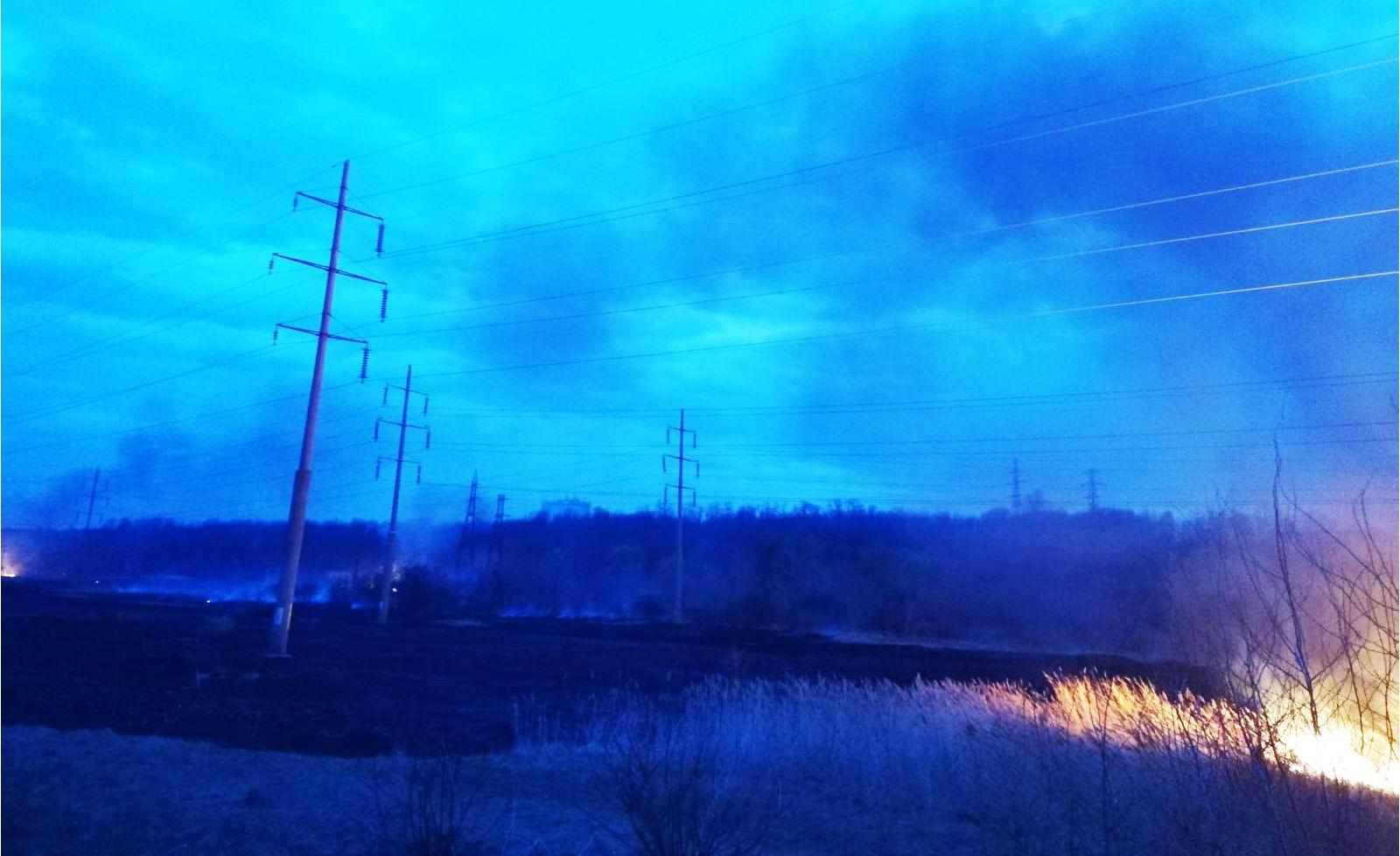 Incendiile de vegetaţie uscată pun în pericol sistemele de distribuţie a gazelor naturale şi energiei electrice