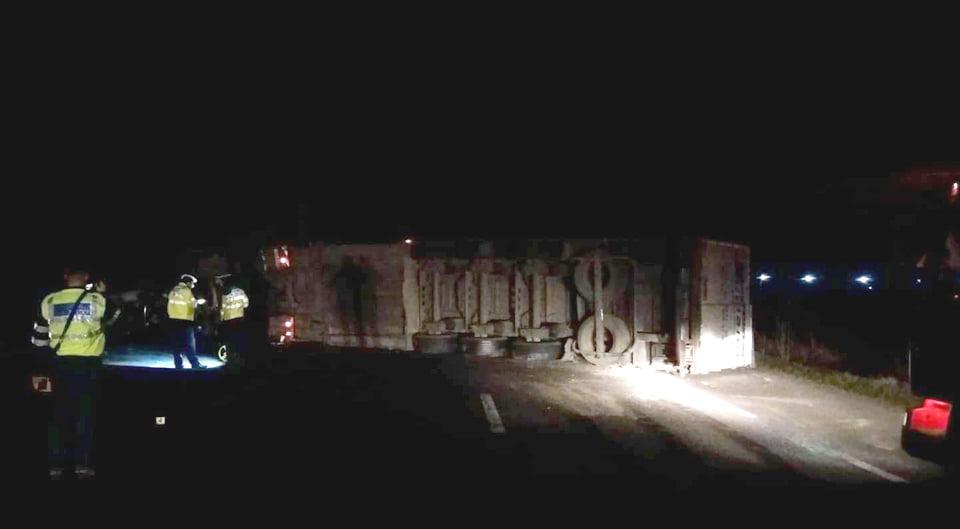 Accident rutier pe E85, la Secuienii Noi. Circulația a fost blocată după ce un tir s-a răsturnat