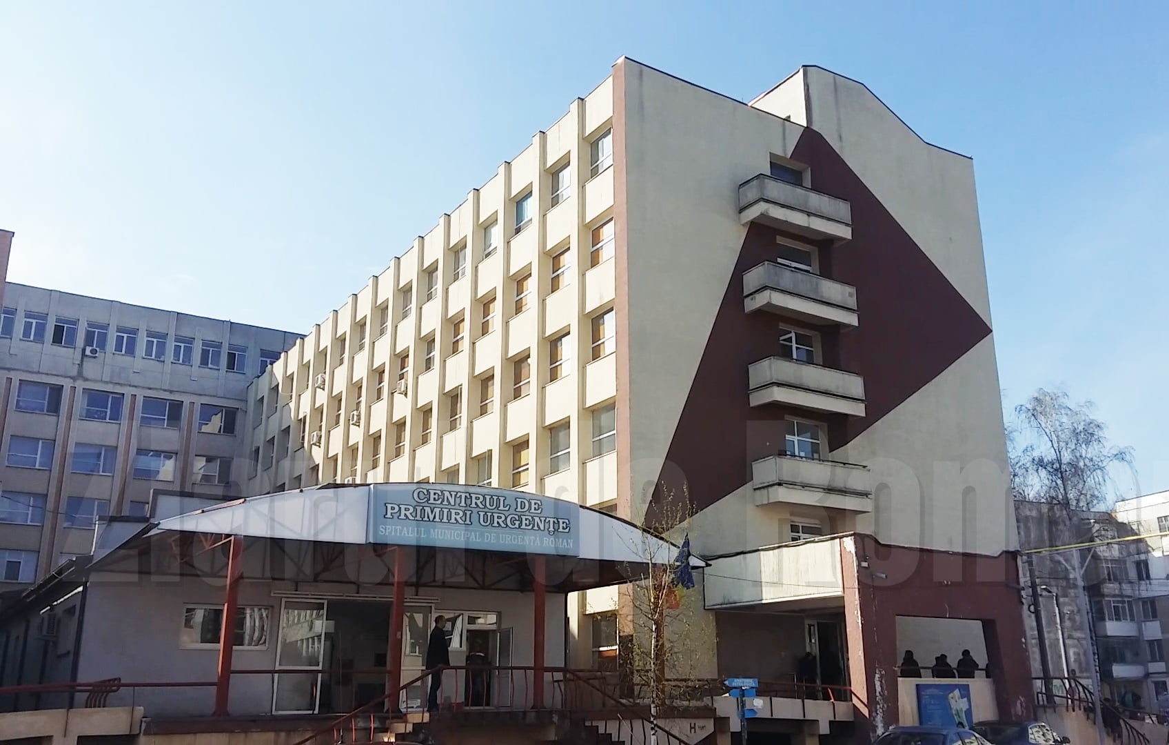 O femeie și-a pierdut viața după ce s-ar fi aruncat de la etajul al doilea de la Spitalul Roman