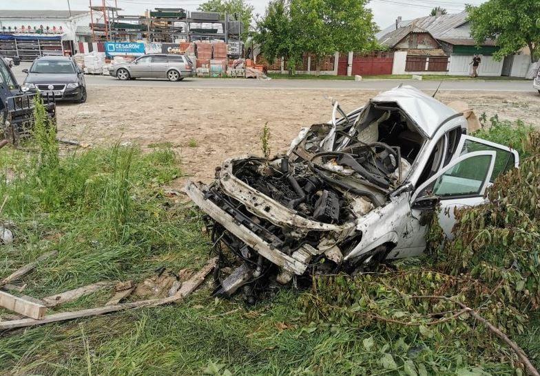 Un tânăr din Roman a decedat după ce mașina sa a fost lovită de tren, la Hălăucești