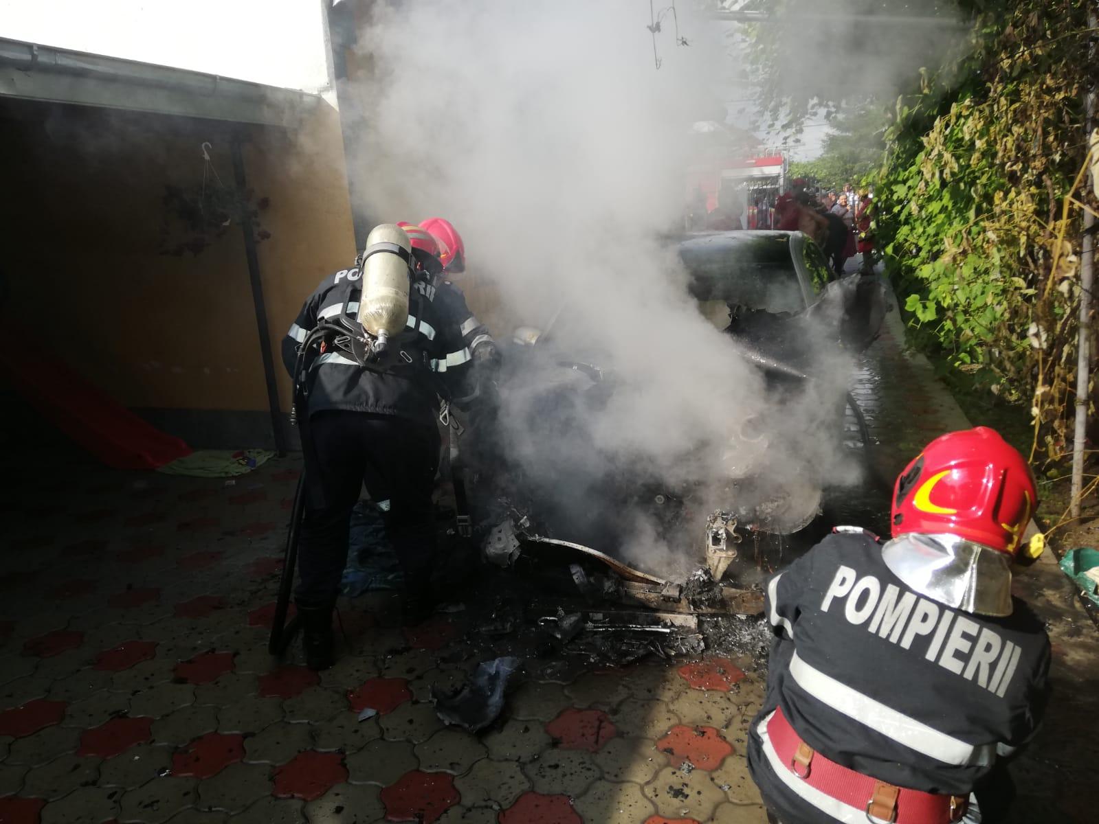 O mașină a luat foc, la Simionești