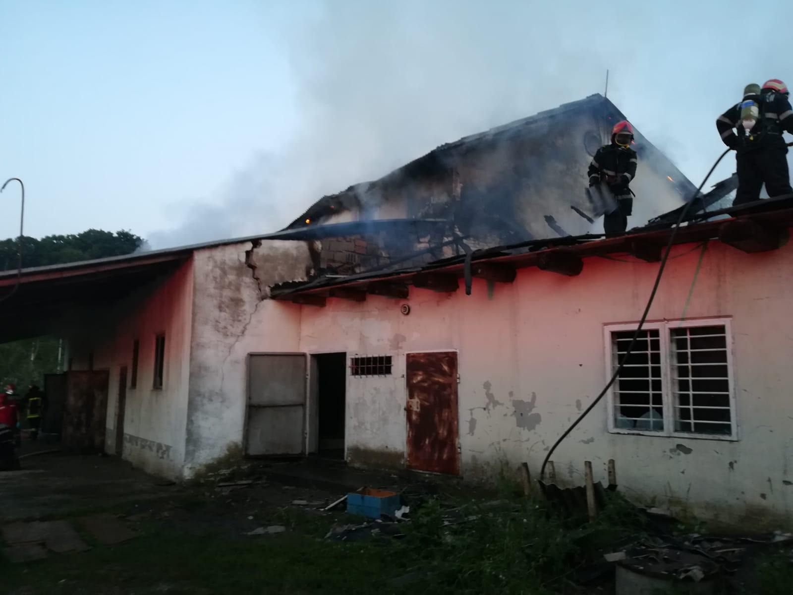 Clădire în flăcări în localitatea Budești