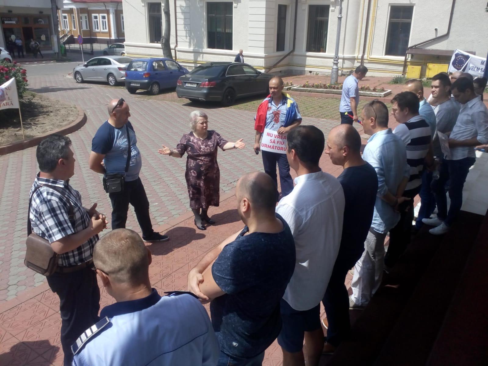Protest al polițiștilor din Sindicatul Europol Neamț la  Prefectura Neamț