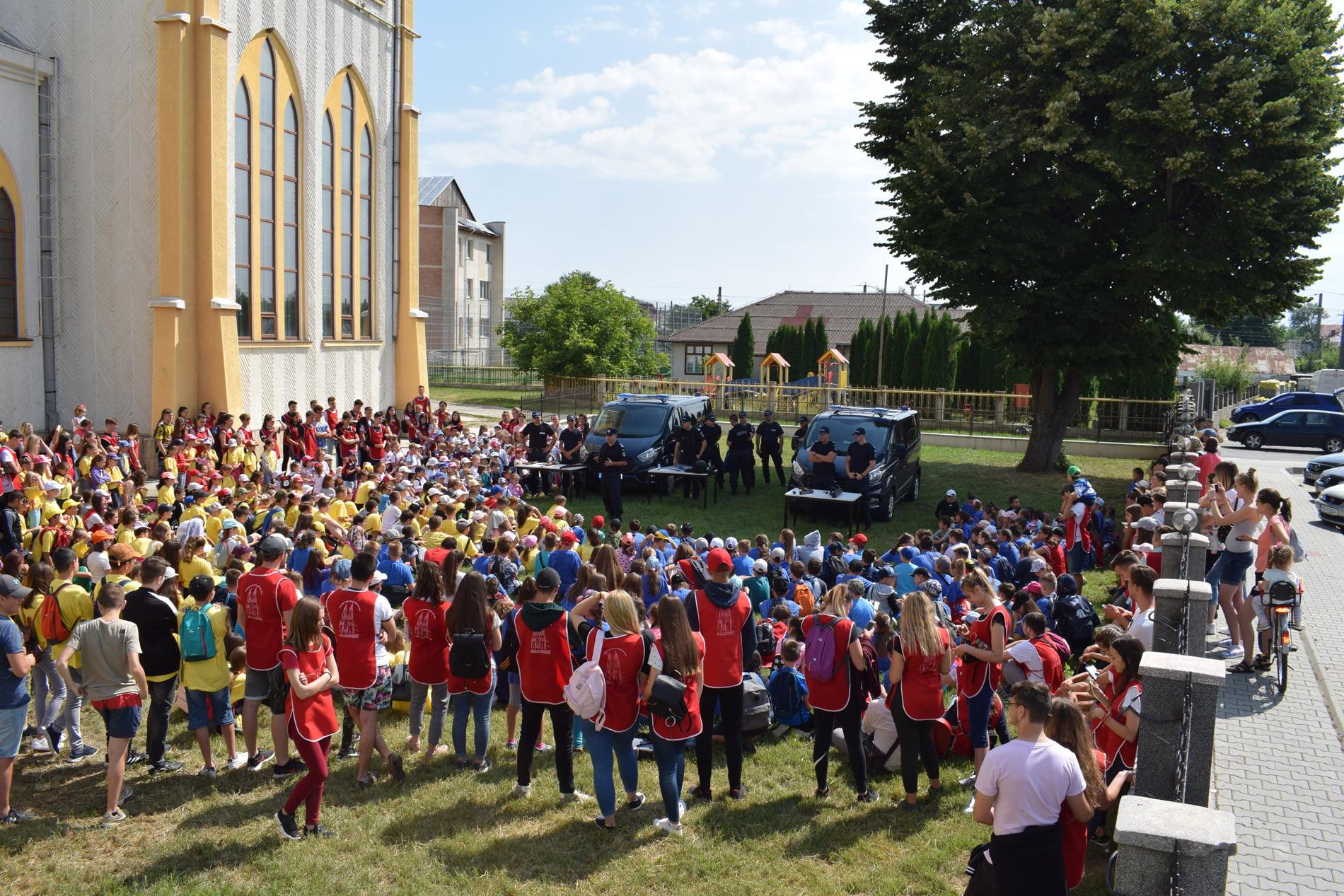 Jandarmii nemţeni, alături de copiii din Adjudeni