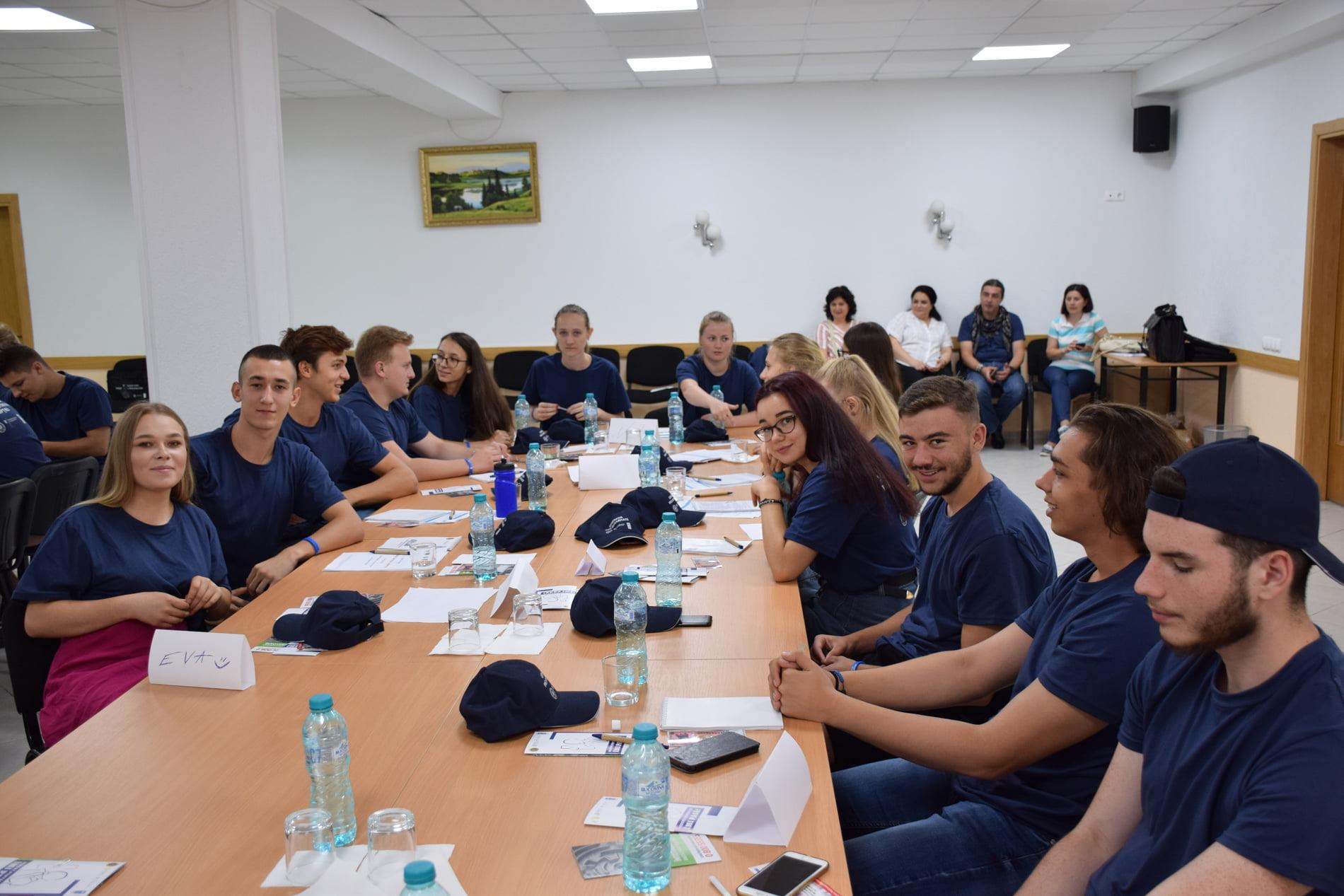 """Elevi ai CNRV și ai LPS Roman, la Școala de vară """"Tinerii împotriva corupției"""""""