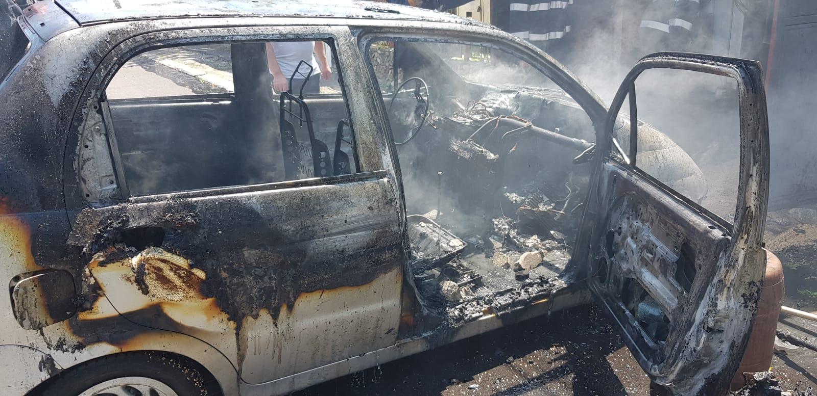 O fetiță a suferit arsuri, după ce o mașină a luat foc într-un garaj