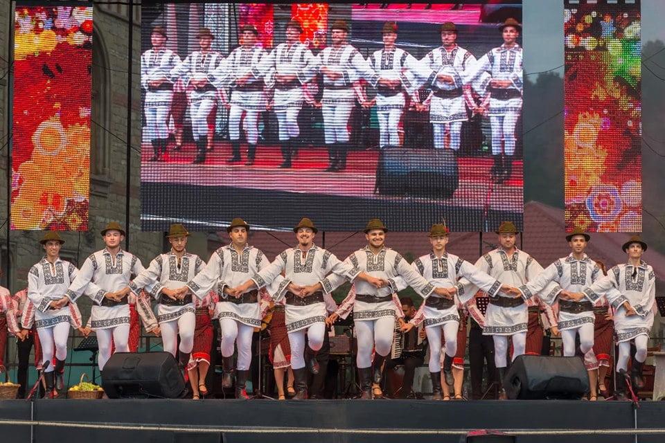"""Paradă a costumelor și spectacol de muzică populară, vineri, la Roman – Festivalul Internaţional de Folclor """"Ceahlăul"""""""