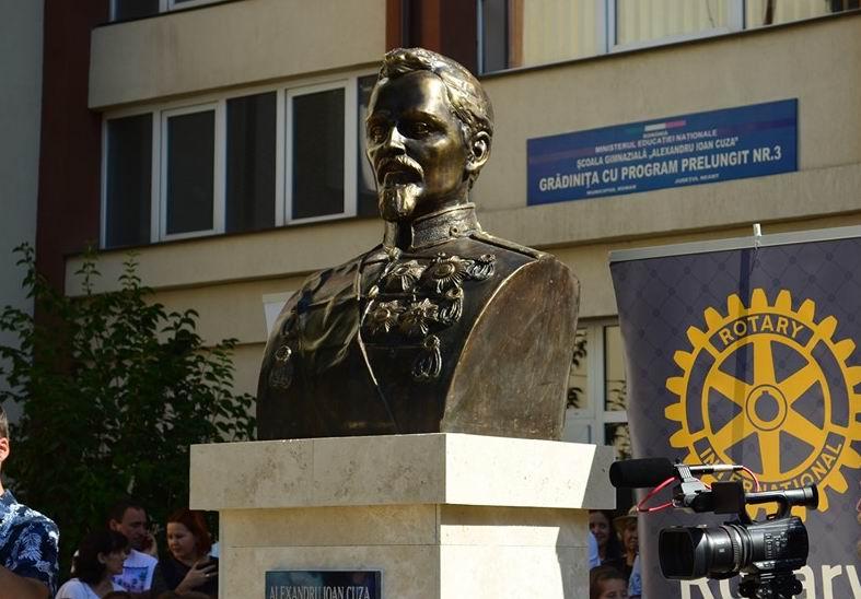 Bustul lui Alexandru Ioan Cuza, în fața școlii cu același nume