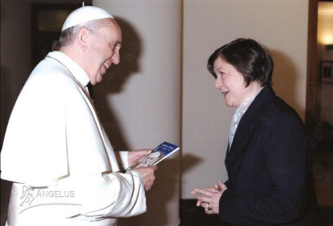 """Anca Mărtinaş, la Vatican, oferindu-i Papei Francisc ediţia în italiană a volumul """"Vladimir Ghika. Principele cerşetor de iubire pentru Cristos"""""""