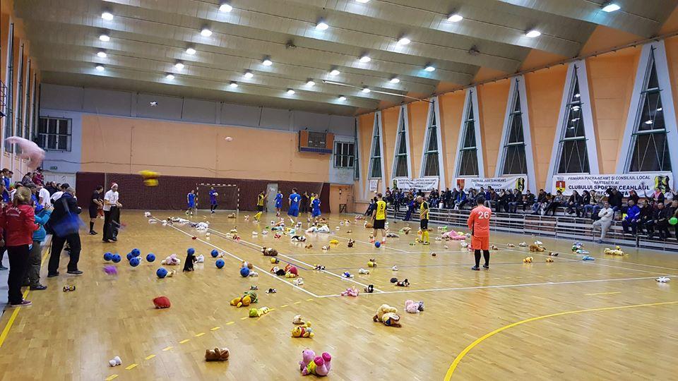 """""""Fotbal cu jucării pentru copii"""", miercuri, la Sala Sporturilor din Roman"""
