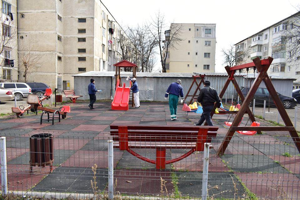 Noi măsuri restrictive în Roman: se închid locurile de joacă, parcurile și cimitirele. Acces limitat la Hală