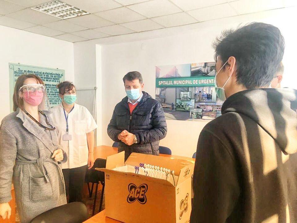 Viziere de protecție pentru cadrele medicale, făcute și donate de elevi romașcani
