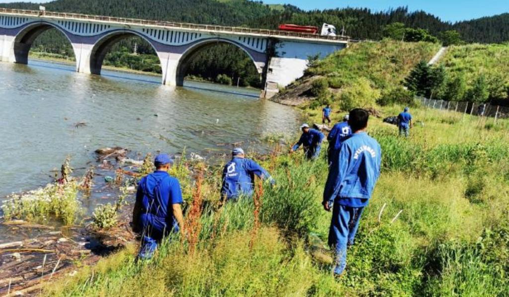 Angajații SGA au ecologizat malurile lacului de acumulare Izvorul Muntelui