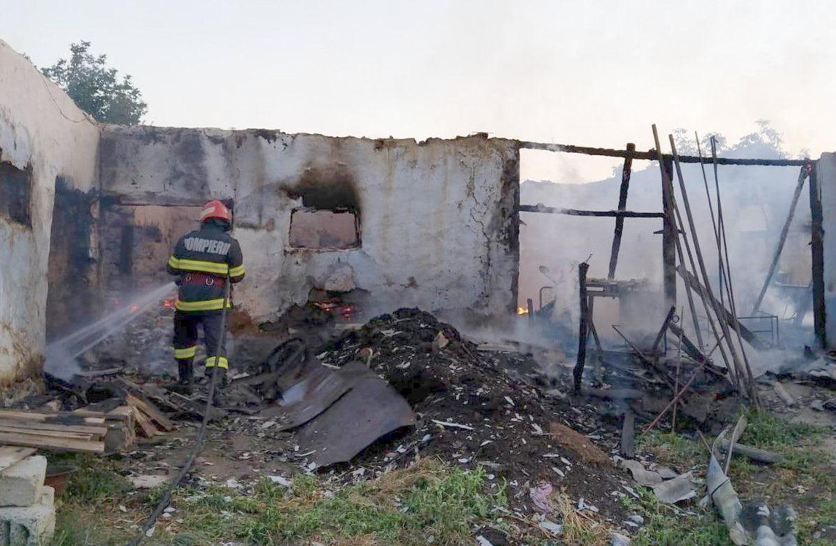 Gospodărie în flăcări, în comuna Pâncești