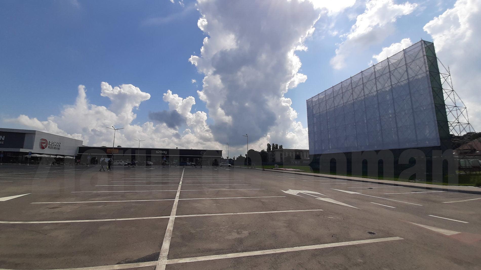 Cinematograful în aer liber din parcarea Roman Value Centre, deschis până la 1 octombrie
