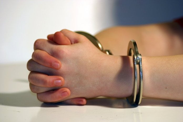 Tânără reținută de polițiștii romașcani pentru tâlhărie