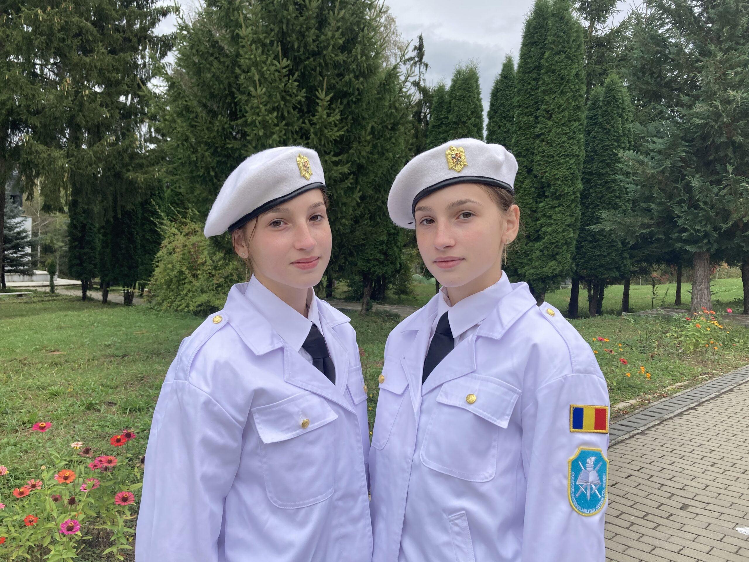 Două surori gemene din Bahna, un singur vis – uniforma militară