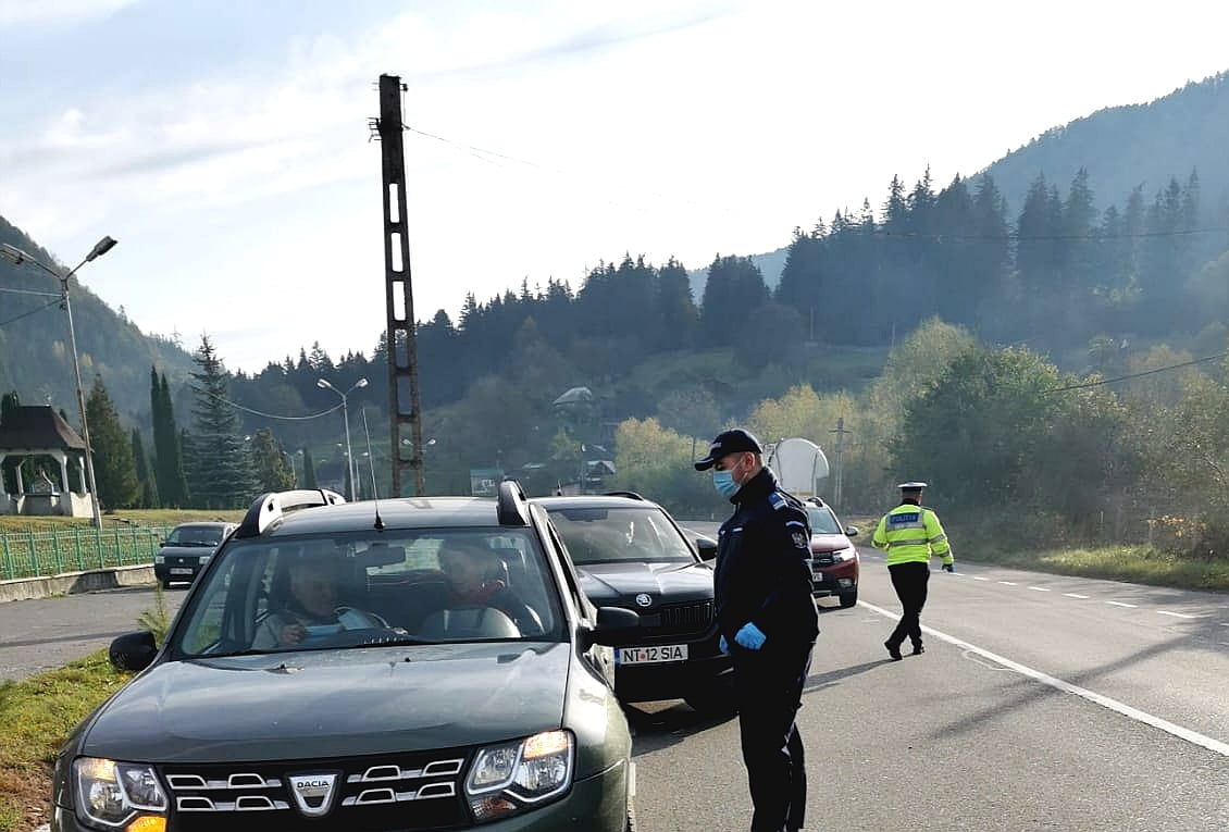 Filtre și controale ale jandarmilor și polițiștilor în comunele carantinate Tarcău și Tașca