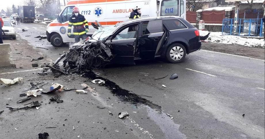 Două persoane rănite, după un accident între două mașini și un autotren, la Gâdinți