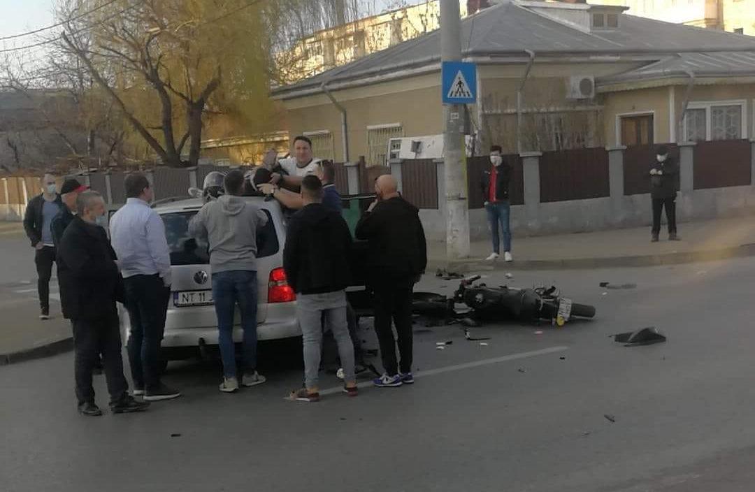 Accident rutier pe strada Oituz. Motociclist acroșat de o mașină