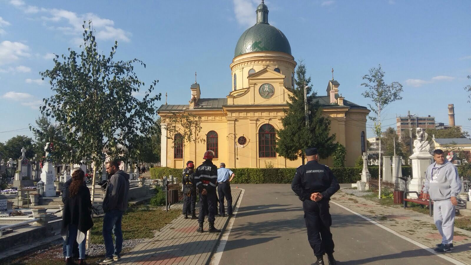 """Un bărbat a amenințat că se aruncă de pe biserica din Cimitirul """"Eternitatea"""""""