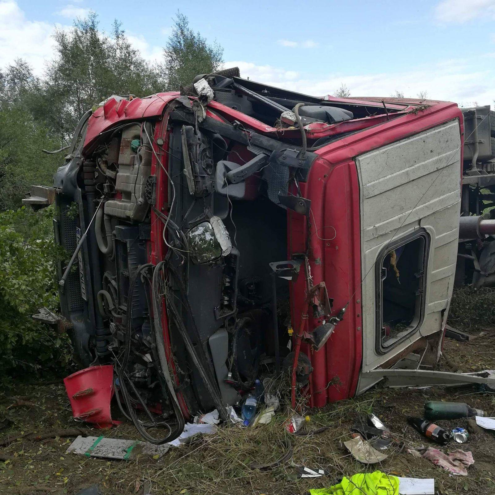 Trei persoane au fost rănite, după ce un camion a lovit o autoutilitară, la Poienari