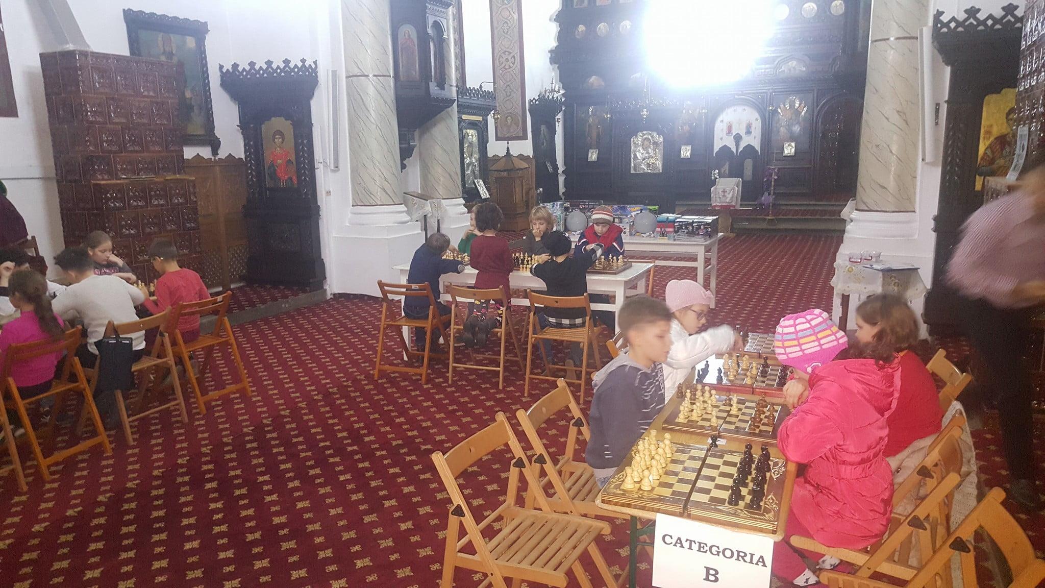 """Concurs de șah la Biserica """"Sfinții Voievozi"""" din Roman"""