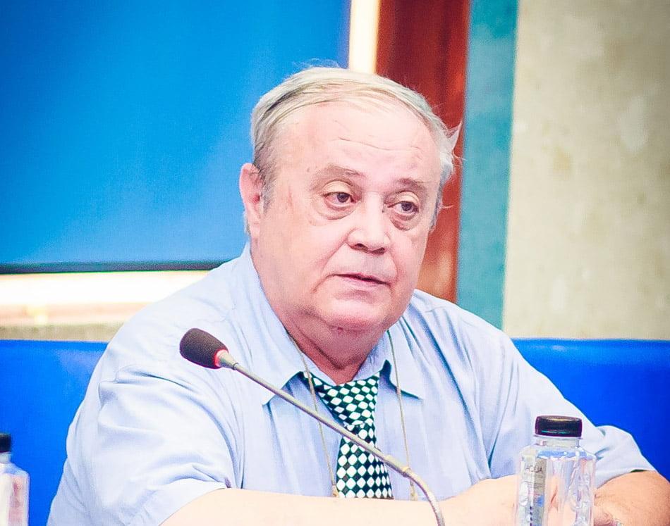 Consilierul Constantin Holban citește Ziarul de Roman