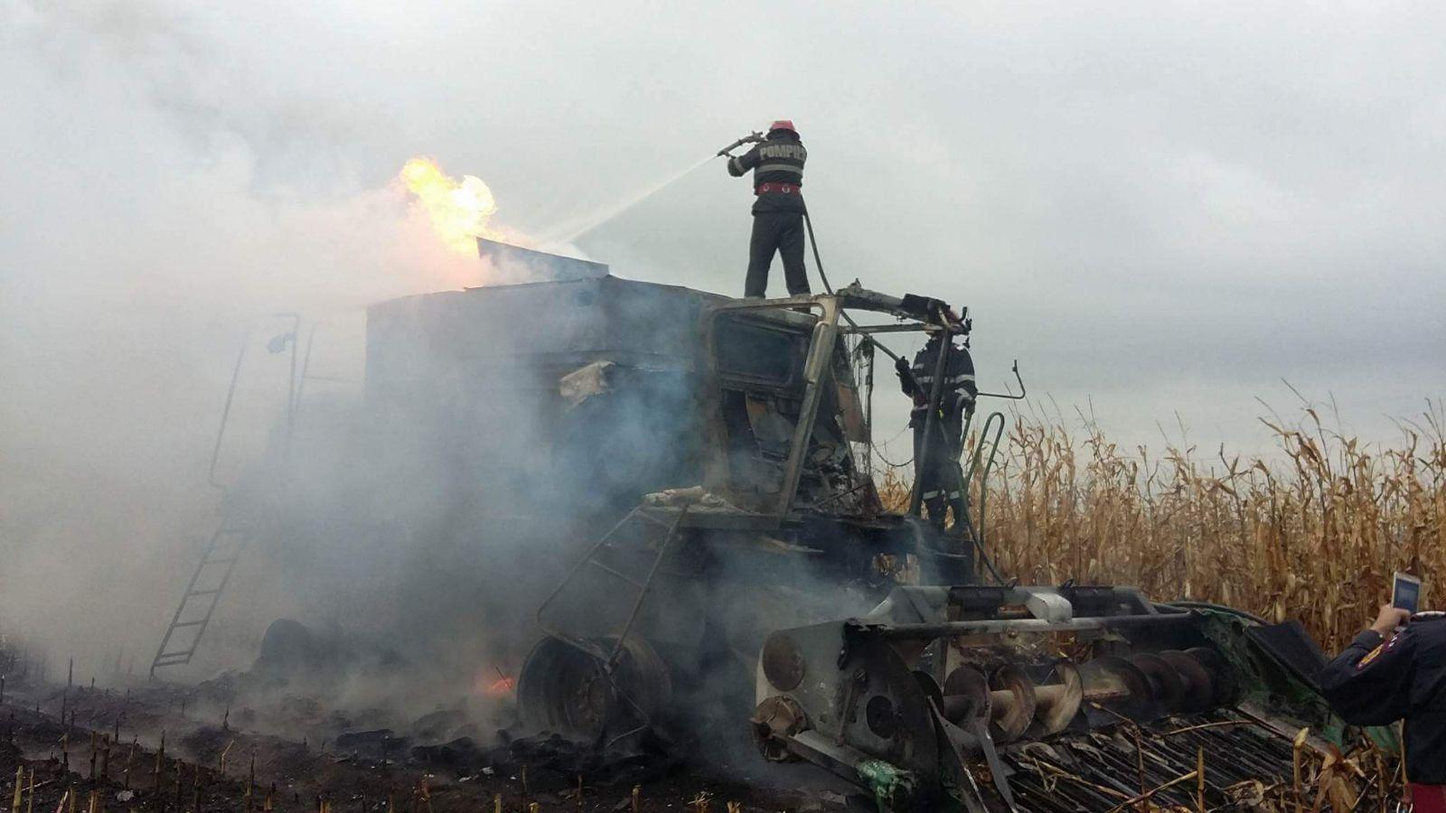 O combină de cereale a ars pe câmp, la Dulcești