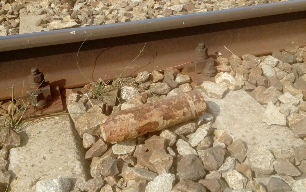 Proiectil găsit lângă calea ferată, la Trifești. Viteza trenurilor a fost redusă în zonă