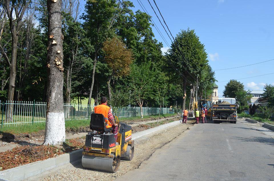 Se refac trotuarele de pe strada Eternității