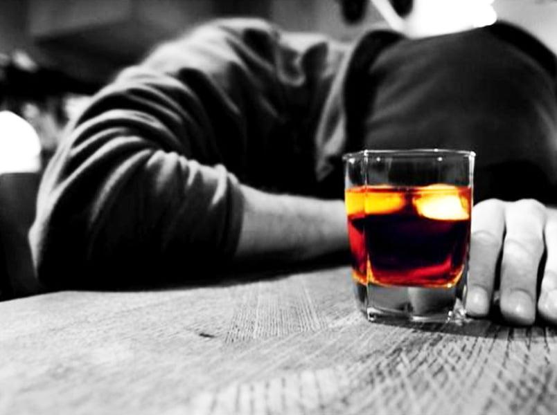 Românii beau peste 12 litri de alcool pe an. Luna iunie, luna informării despre efectele consumului de alcool