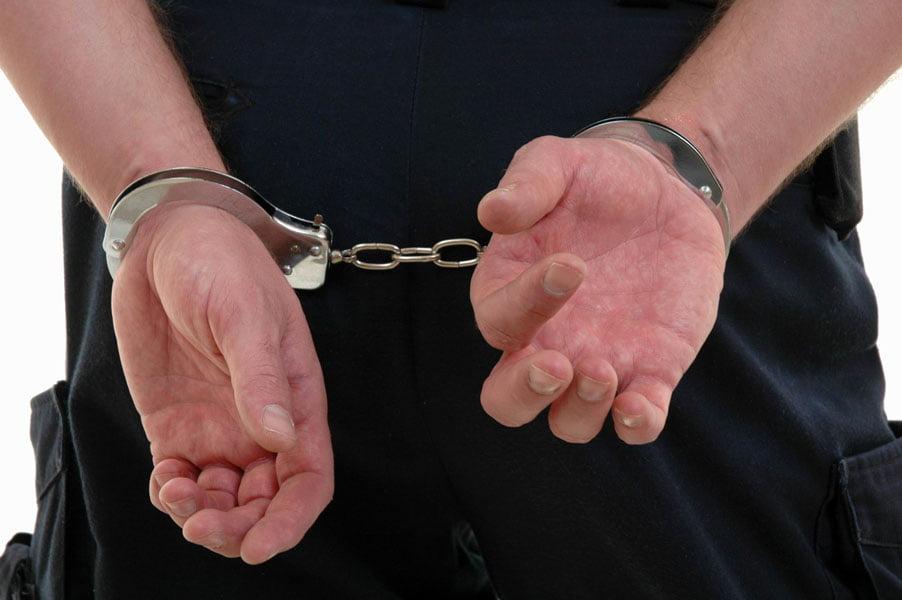 Trei tineri care au tâlhărit un romașcan în scara blocului, prinși de polițiști
