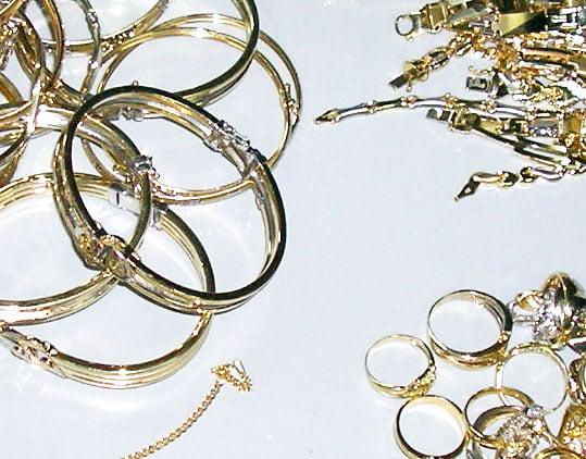 Case de amanet, magazine de bijuterii și săli de jocuri de noroc, verificate de polițiști