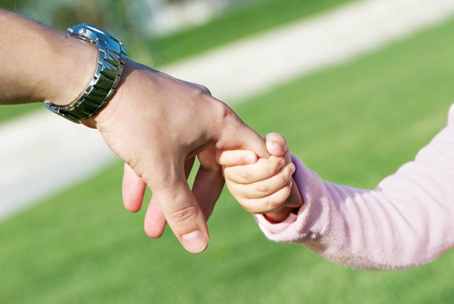 Sute de copii din Roman cresc fără părinţi. Doar doi părinţi au anunţat în grija cui şi-au lăsat copiii